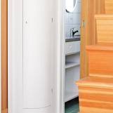 svängd garderob. skjutdörr och trappa i origonepine