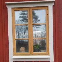 fönster i kärnfuru målade med linoljefärg